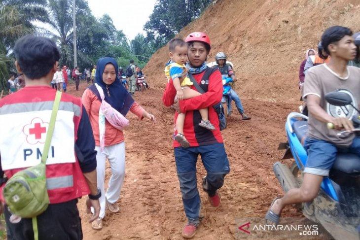 PMI distribusikan logistik dan bantu ibu melahirkan di lokasi bencana Bogor