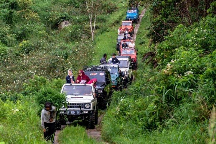 Wisata petualangan menggunakan mobil jip