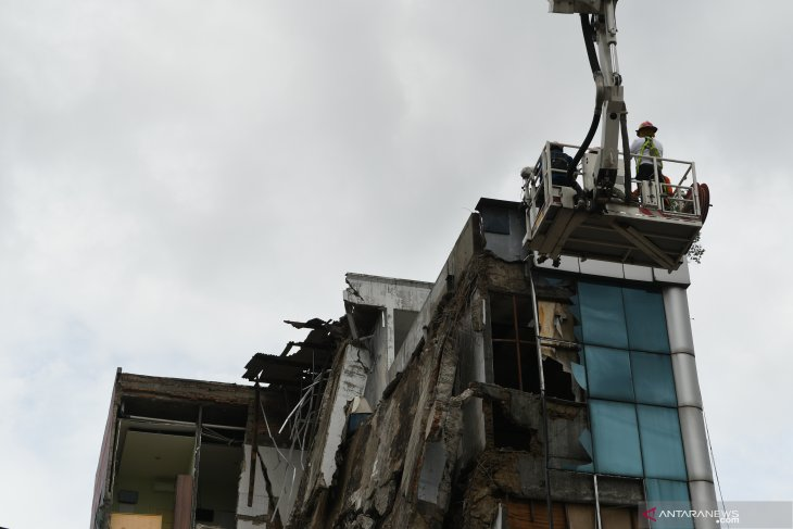 Five witnesses in Jakarta's building collapse face police questioning