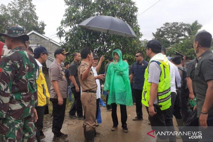 Jokowi kenakan jas hujan plastik tinjau lokasi longsor di Sukajaya Bogor