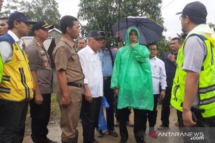 Jas hujan plastik Rp10 ribu yang dikenakan Jokowi yang praktis