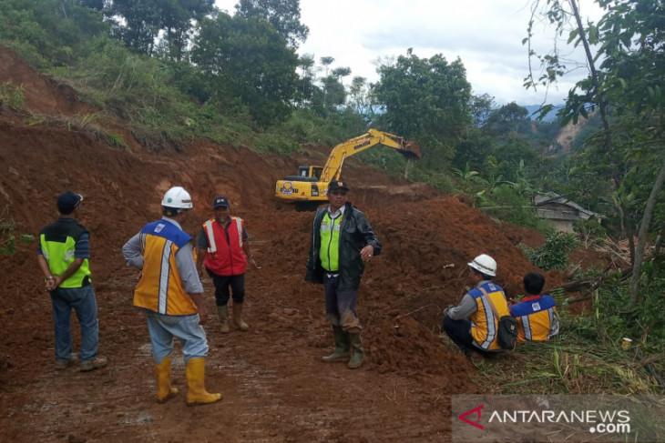 Ketebalan tanah longsoran  yang putuskan akses di Sukajaya Bogor capai 3 meter