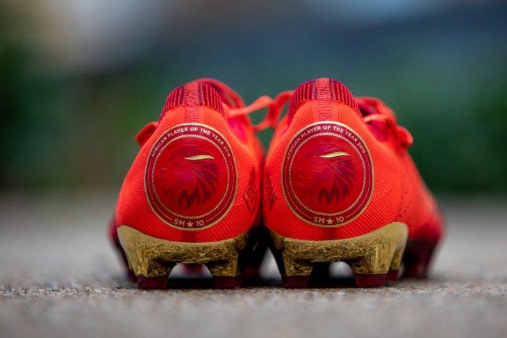 Sepatu edisi khusus buat Pemain Terbaik Afrika Mane