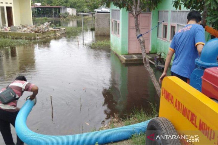 Belum surut, BPBD Bekasi sedot genangan banjir di cekungan Babelan