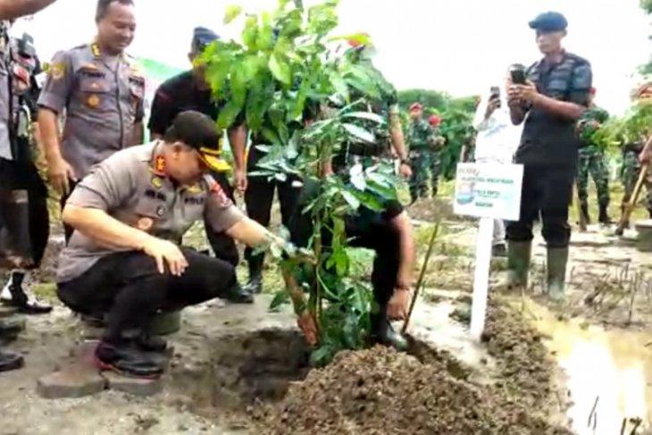 Polda Banten tanam 2020 pohon pada Hari Sejuta Pohon Sedunia