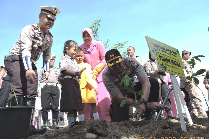 Program Polri Peduli Penghijauan, Polres Situbondo ajak siswa TK tanam bibit pohon