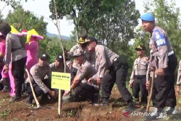 Polres Madiun tanam 2.000 pohon di lereng Gunung Wilis