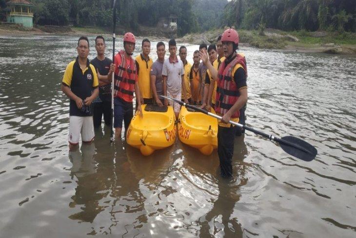 Anggota Polres Tebing Tinggi latihan mendayung perahu