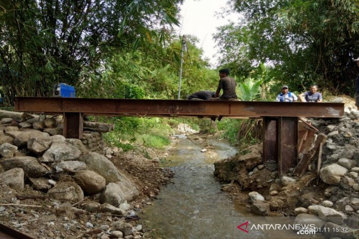 Jembatan penghubung yang rusak di Mompang kini hampir rampung dikerjakan