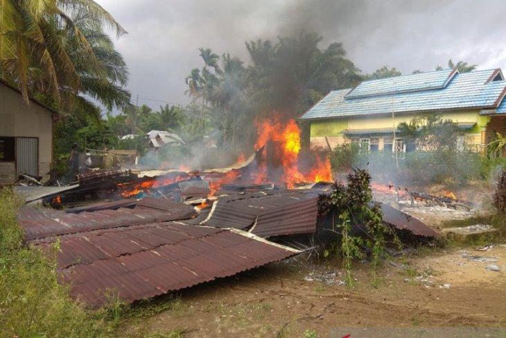 Seorang warga di Mukomuko bakar rumah sendiri