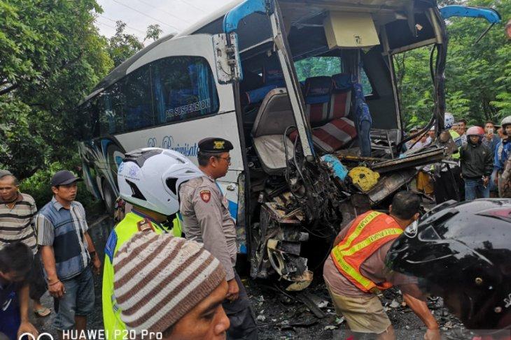 46 korban luka-luka akibat kecelakaan truk kontainer vs bus rombongan bidan di Lumajang (Video)