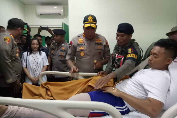 Papua police chief visits an injured policeman in Timika