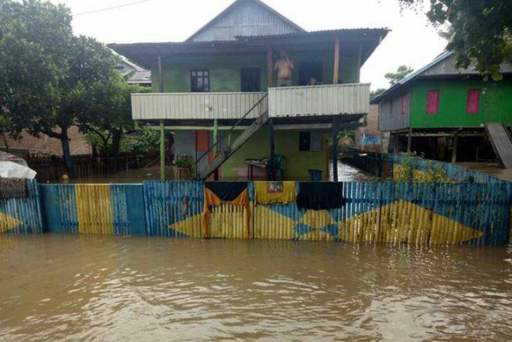 Warga Polewali Mandar ikat rumahnya di pohon agar tidak terseret banjir