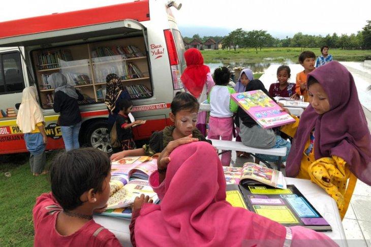 Mahasiswa PBSI UMM semangati santri Ponpes Metal Pasuruan dengan nonton film