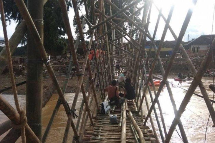 Banten's flood, landslide survivors build emergency bamboo pole bridge