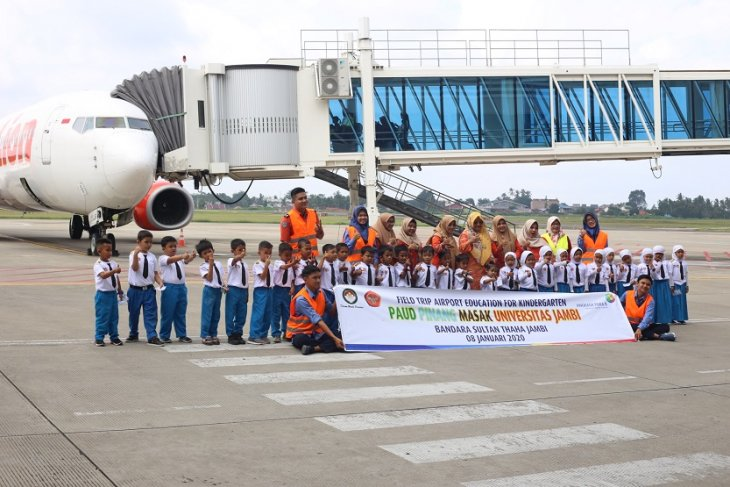 Murid TK Pinang Masak diperkenalkan aktifitas di Bandara Jambi