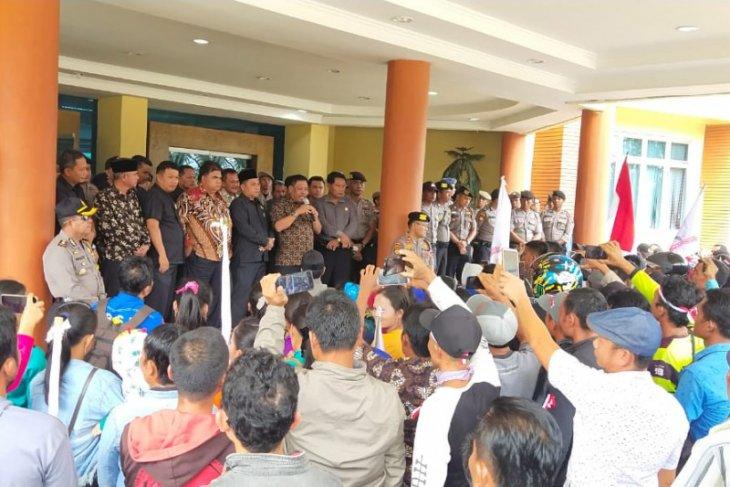 Ratusan karyawan perusahaan sawit PT Anam Koto Pasaman Barat demonstrasi ke DPRD