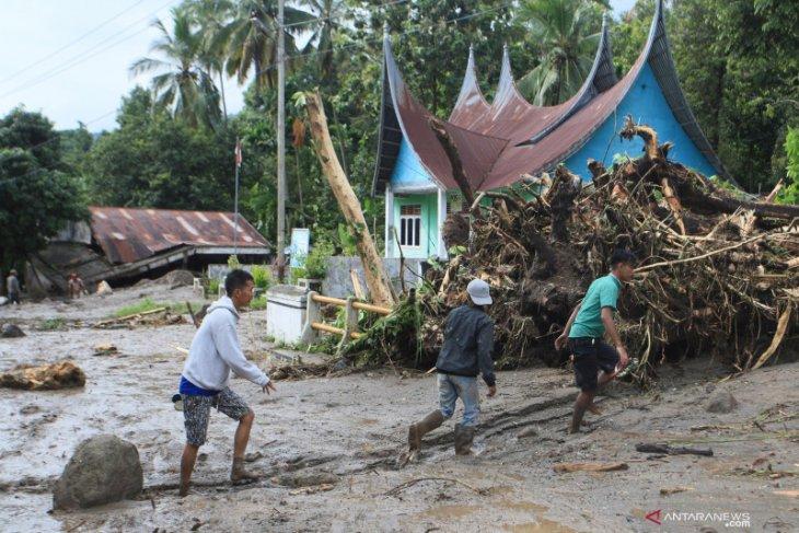 Bencana banjir dan longsor rusak jalan dan bendungan di Padang Pariaman
