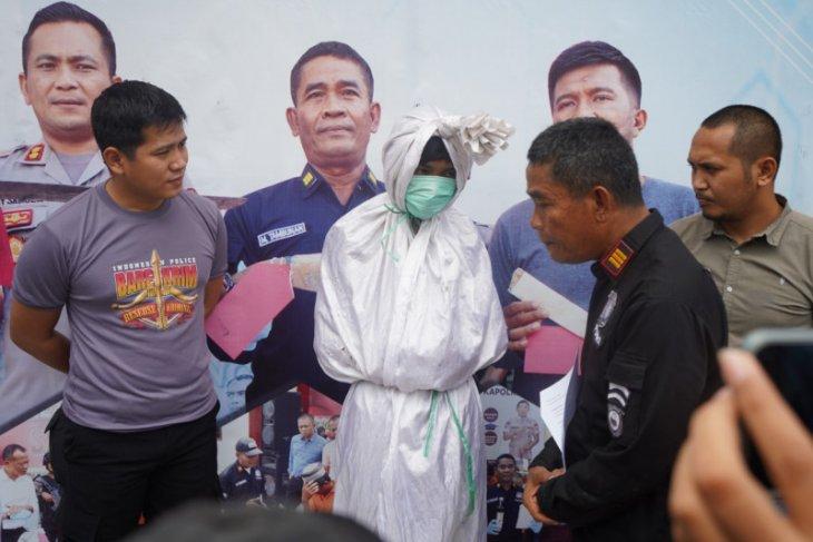 Nakut-nakuti warga, manusia berkostum pocong ditangkap