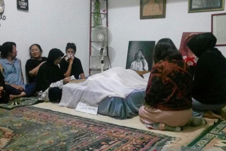 Jenazah Ade Irawan dimakamkan satu liang lahat dengan suami