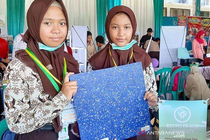 Dua Siswa SMPN 1 Surabaya daur ulang plastik jadi komposit pengganti kayu