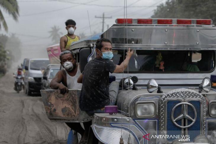 Penduduk selamatkan ternak, harta benda di tengah ancaman erupsi gunung Taal