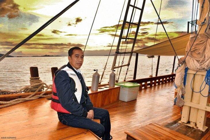 Di Labuan Bajo, Presiden Joko Widodoi naik kapal pinisi