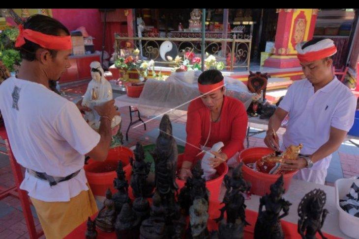 Ritual cuci patung dewa di Denpasar