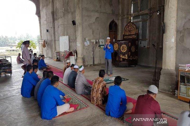 Mahasiswa KPM Aceh Utara isi tausiah di masjid usai salat berjamaah