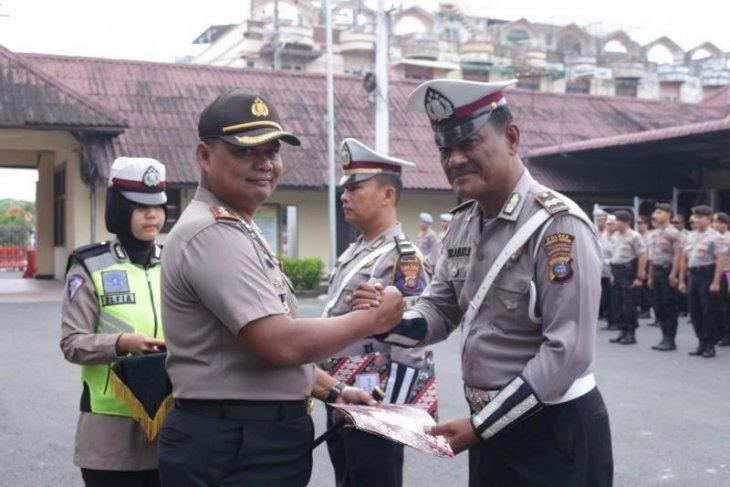 Kapolres Tebing Tinggi berikan penghargaan kepada anggotanya