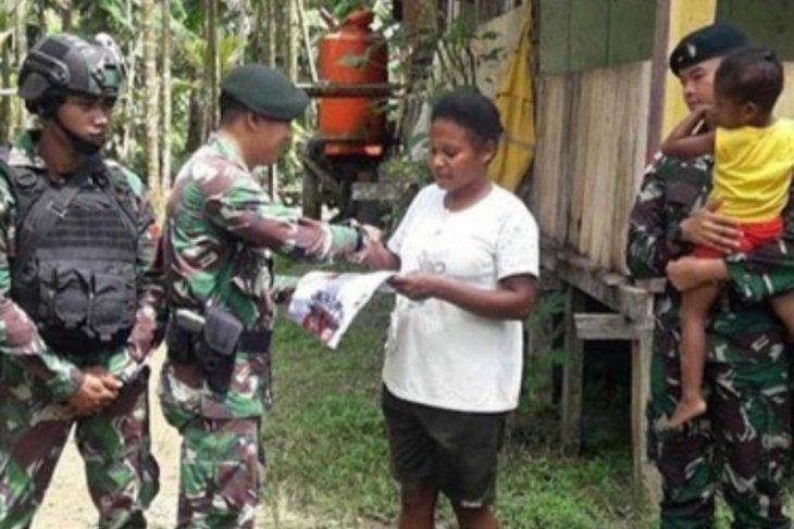TNI AD bagikan pakaian layak pakai kepada warga di perbatasan RI-PNG