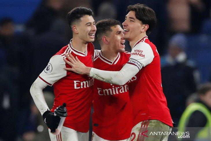 10 pemain Arsenal imbangi Chelsea 2-2