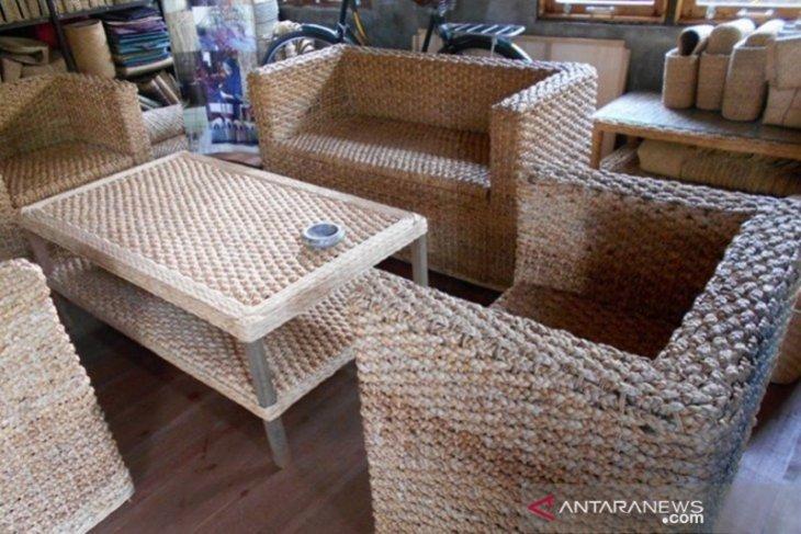 S Kalimantan's Amuntai turn weeds into expensive goods