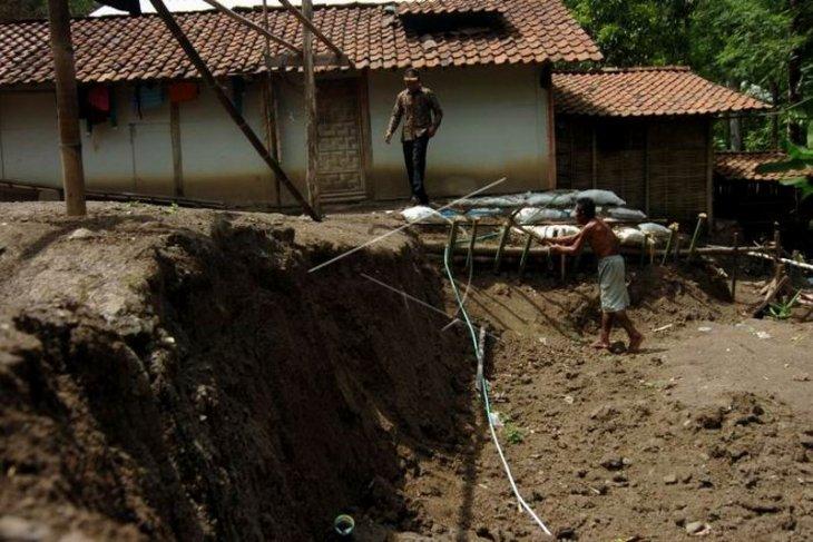 Tanah bergerak mengakibatkan longsor