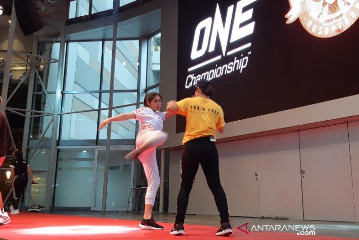 Pemain sepak bola diajak duel dengan petarung MMA