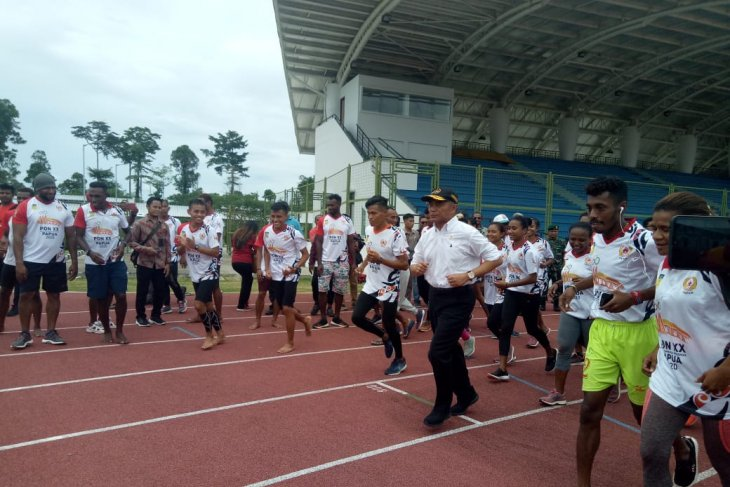 Menko PMK jajal lintasan atletik PON di Mimika Sport Complex