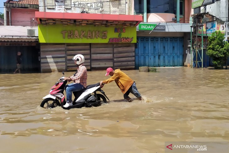 Bandung District's flooding shows no signs of receding