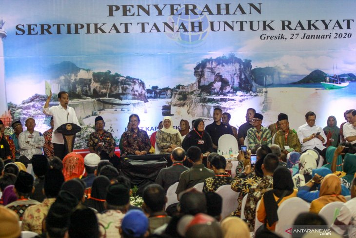 Penyerahan sertifikat tanah untuk rakyat