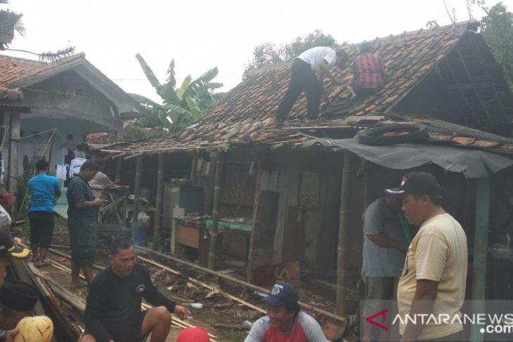 Pemkab Tangerang perbaiki rumah reyot di pesisir