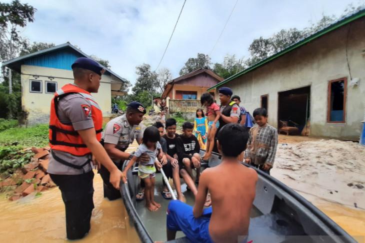 Satuan Brimob bantu evakuasi korban banjir di jalan  Samarinda- Balikpapan