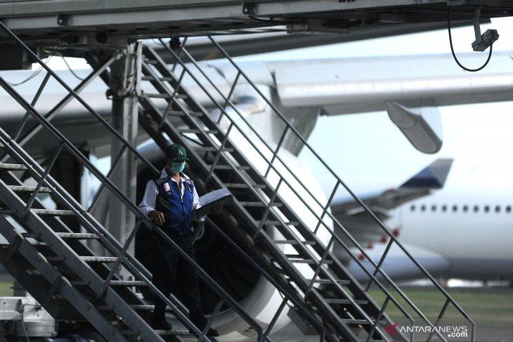 Antisipasi Corona, petugas  Bandara Ngurah Rai gunakan APD