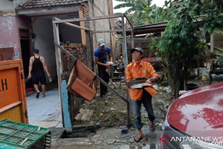 Pemkot Tangerang kerahkan ratusan petugas bersihkan lokasi pascabanjir Periuk