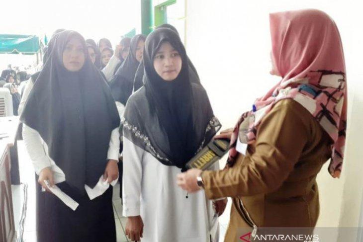 Peserta tes CPNS di Nagan Raya diperiksa pakai alat pendeteksi metal