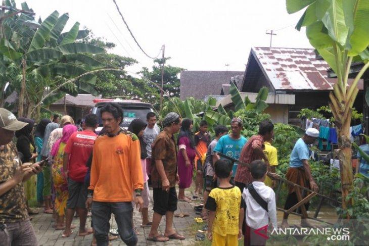 Rumah kebanjiran ayah dan anak meninggal tersetrum listrik