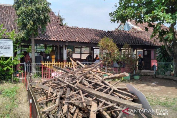 Memprihatinkan, puluhan bangunan SDN di Karawang terancam ambruk