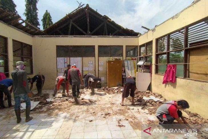 Satu bangunan SD di Karawang ambruk