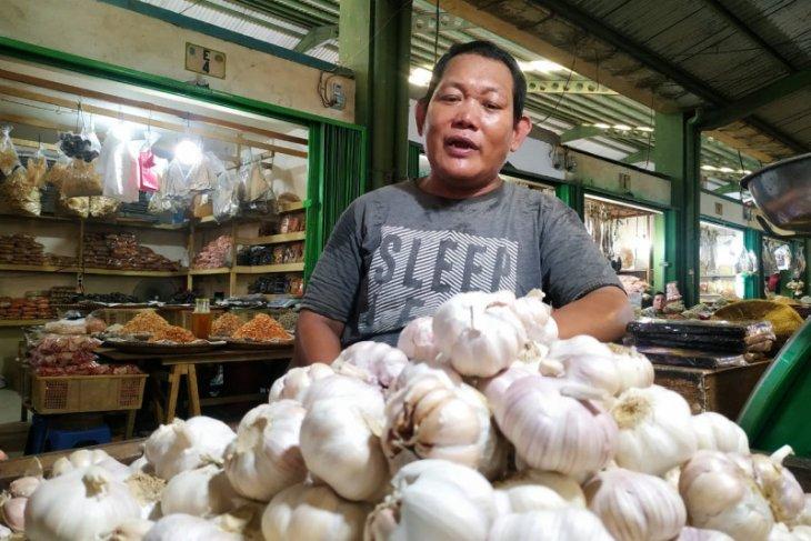 Harga bawang putih turun 25 persen di Pontianak