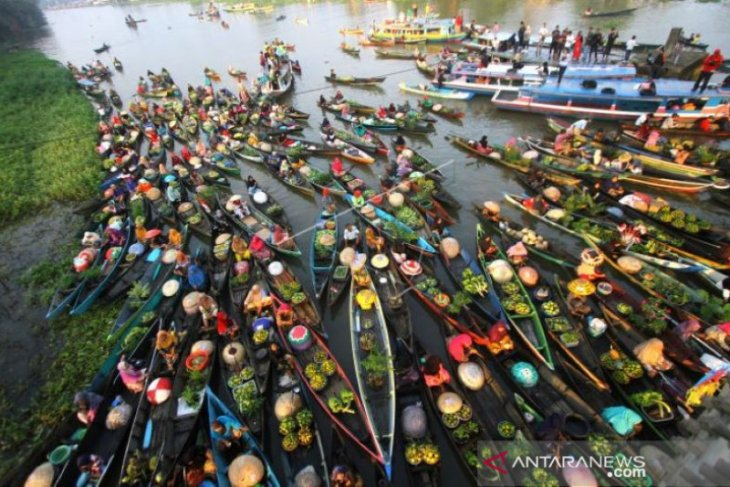Hop on the boat and shop at Lok Baintan floating market