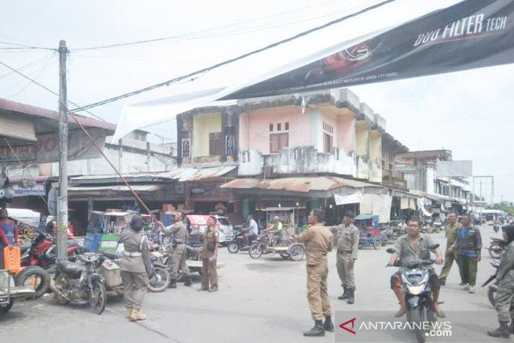 Satpol PP tertibkan spanduk liar yang gunakan fasilitas negara