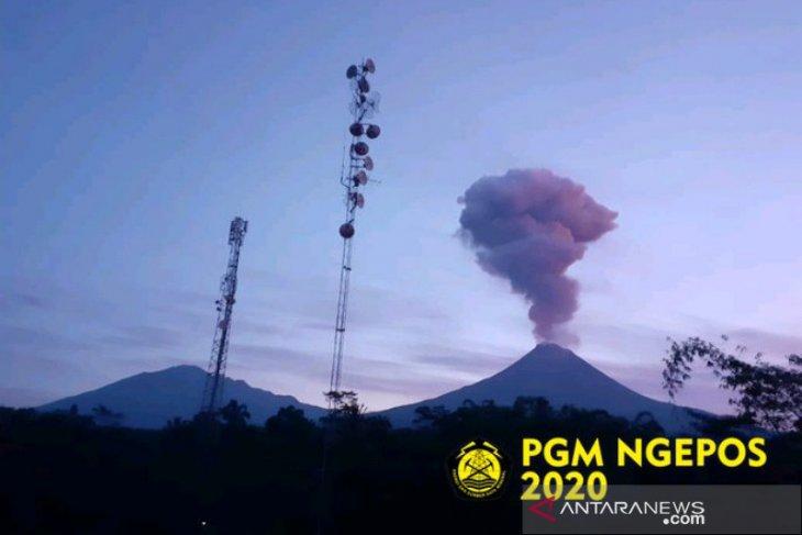 Gunung Merapi erupsi dengan tinggi kolom 2.000 meter